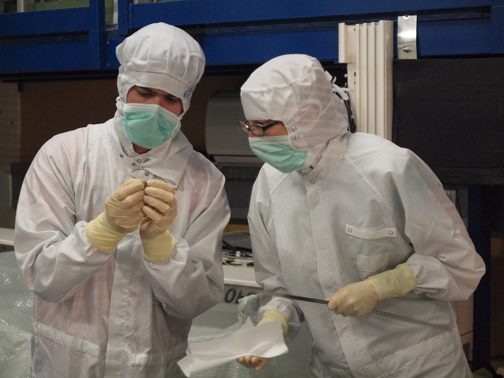 GEO600 scientists working in the cleanroom on the modecleaner upgrade.